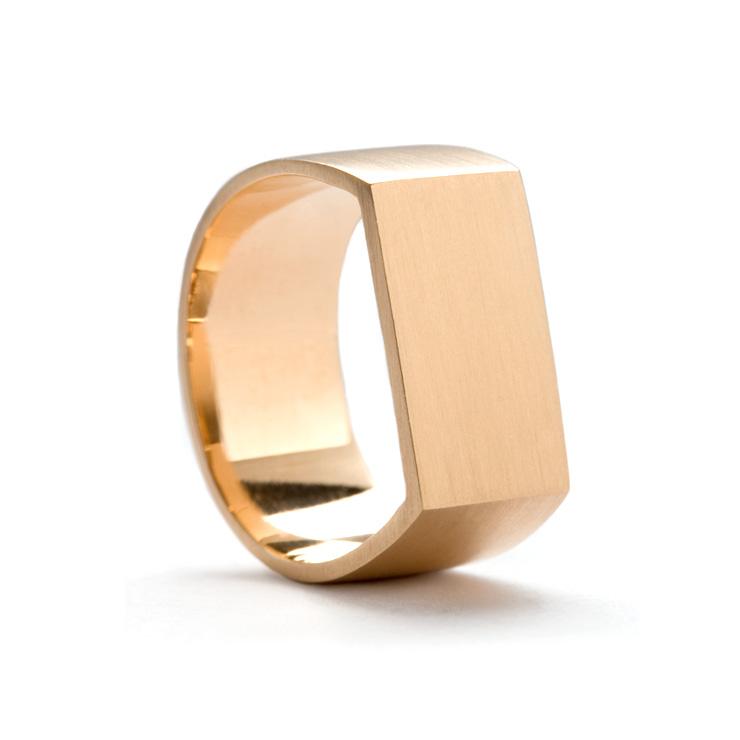 Dina Kamal flat plate pinky ring - in detail